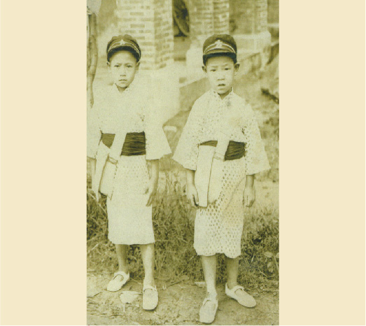 Circa 1930: Pictured with his elder brother Lee Teng-chin (李登欽) during childhood.