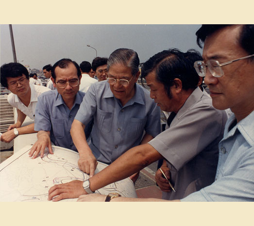 Aug. 11, 1989: Inspects improvement projects to combat flooding in Hsichih and Wugu.