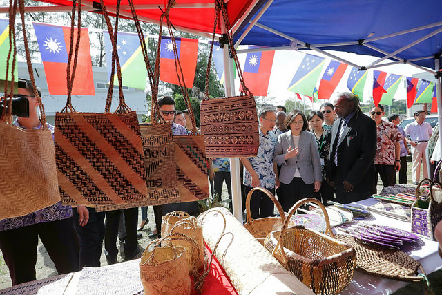 總統抵達索羅門手工藝品中心,參觀廣場內手工藝品攤商