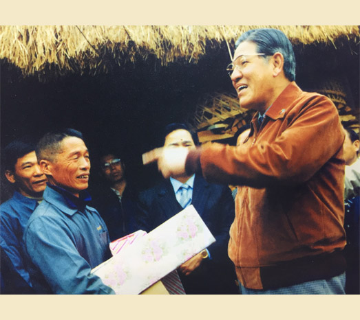 Feb. 6, 1982: Visits farmers in the Xitun District of Taichung in Lee's term as provincial governor.