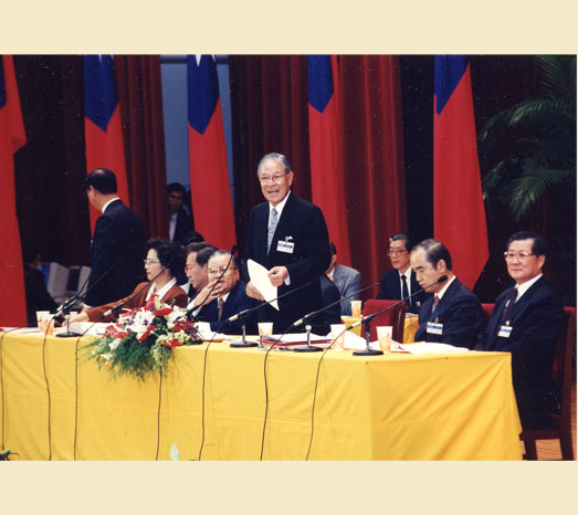 Aug. 15, 1993: Kuomintang's 14th National Congress selects party chairperson by vote for the first time.