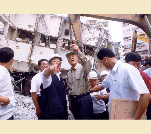 Sep. 28, 1999: Inspects 921 Earthquake damage.