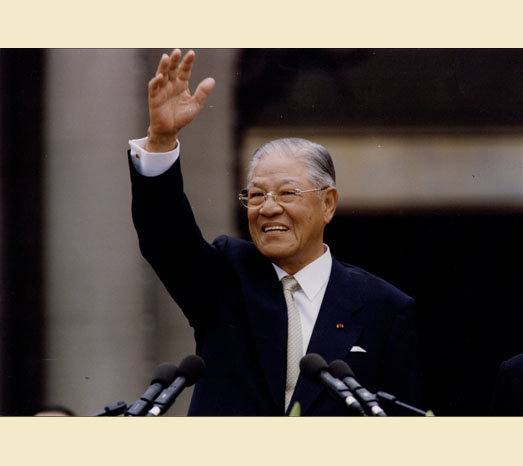May 20, 2000: Completes presidential term of office, bids farewell to the Presidential Office.