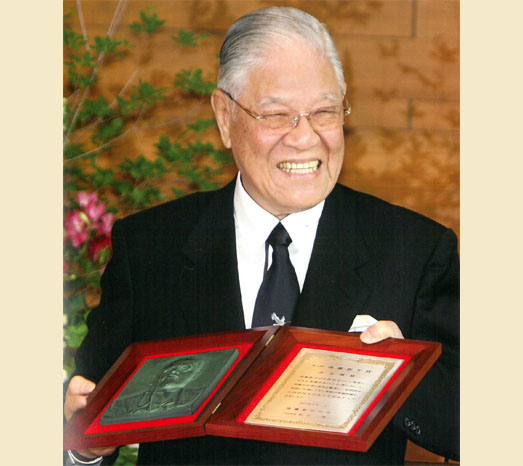 Jun. 1, 2007: Receives the first Shinpei Goto Award in Japan.