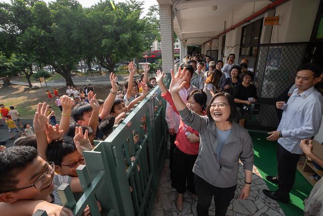 總統參訪「新民非營利幼兒園」,並親切與小朋友們打招呼