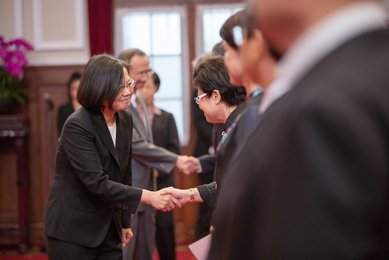 總統主持「新任行政院、司法院、考試院及監察院政務人員宣誓典禮」,並逐一與宣誓人握手致賀
