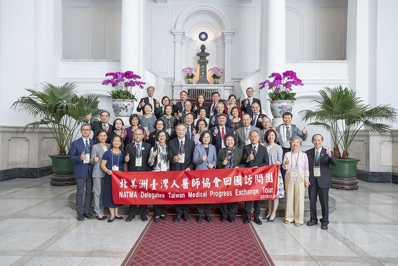 總統接見「北美洲臺灣人醫師協會回國訪問團」,並合影
