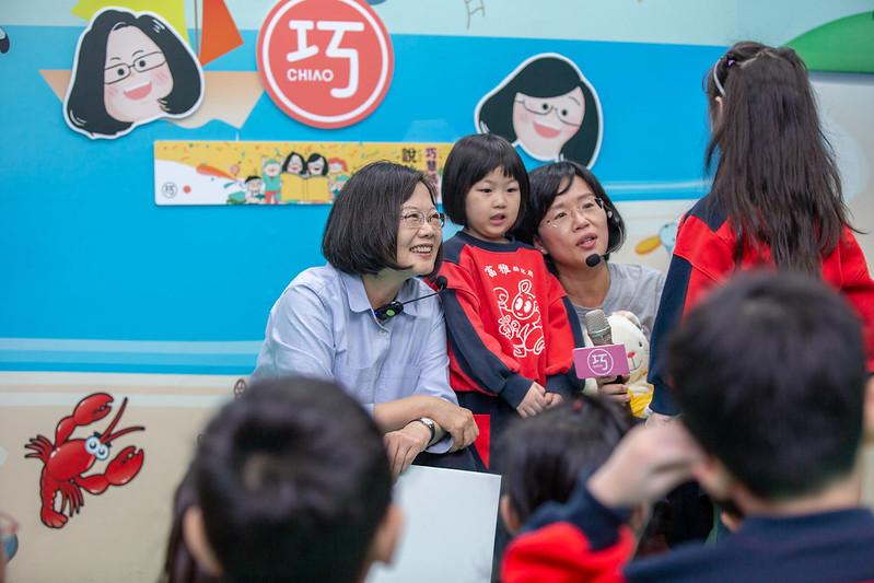 總統出席「小英總統陪你說故事」活動,親切的與小朋友互動