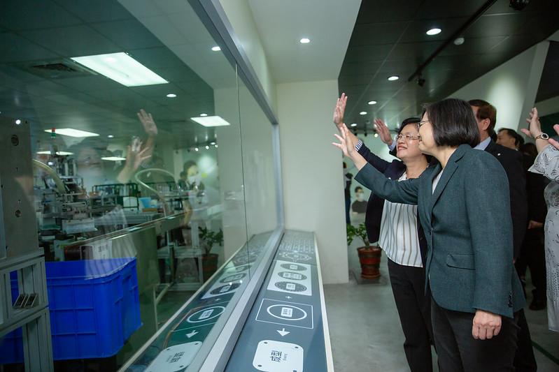 蔡英文總統今(13)日下午前往彰化參訪「華新創意生活館口罩觀光工廠」