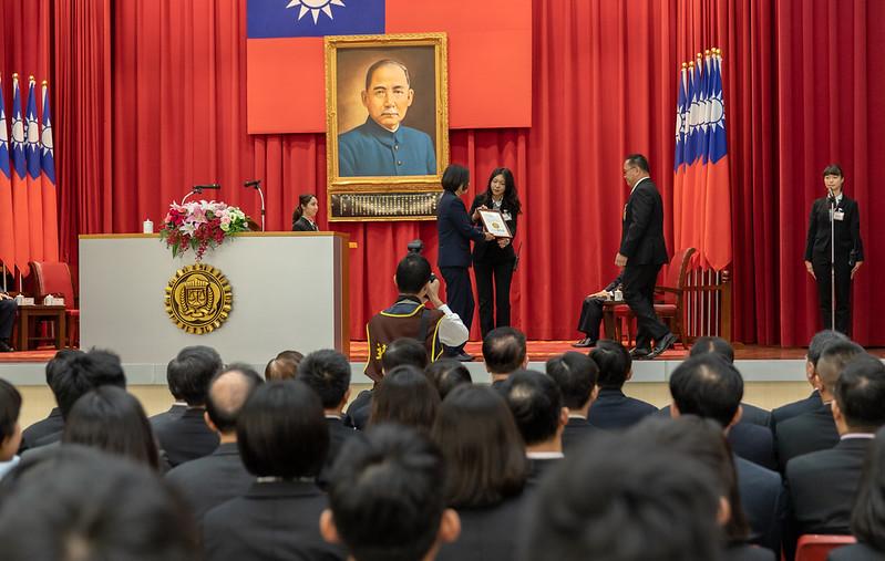 蔡英文總統今(26)日上午出席「法務部調查局第56期調查班結業典禮」