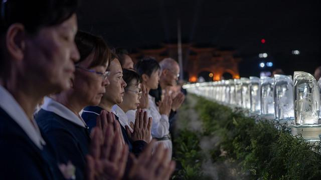 現場鐘鼓齊鳴,總統與法師並與眾人合念祈福文,進行禮佛足、接花香儀式,祈求人心淨化、社會祥和、百業興盛、國泰民安
