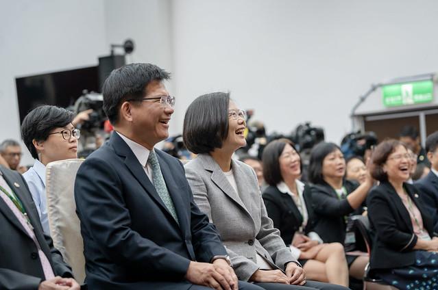 總統出席「郵政員工關懷獨居長者績優楷模表揚大會」