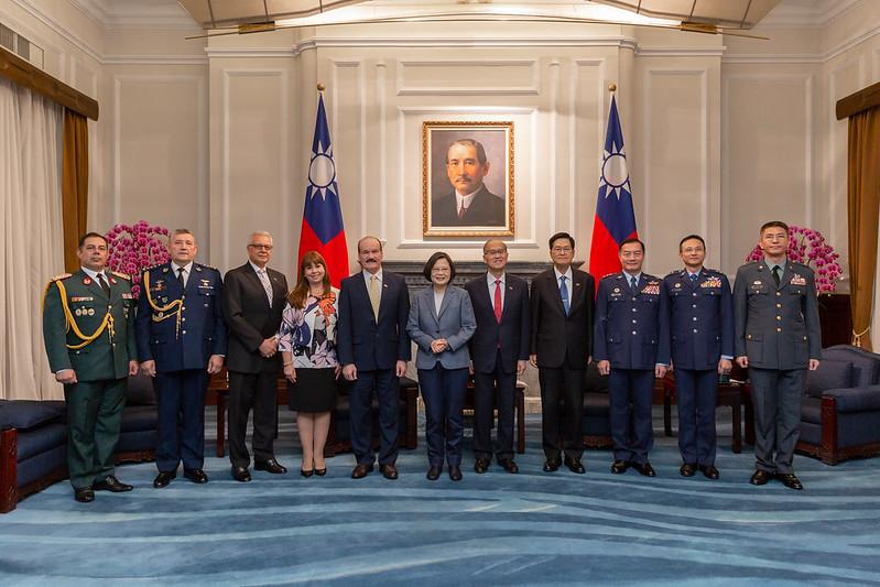 蔡英文總統今(27)日上午接見「巴拉圭國防部長索多(Bernardino Soto Estigarribia)伉儷」