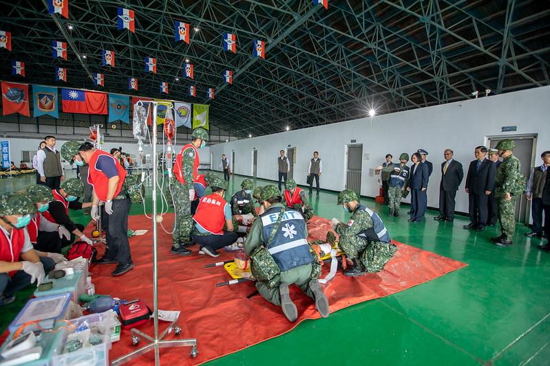 蔡英文總統今(24)日上午前往臺南視導「空軍第一戰術戰鬥機聯隊」暨「陸軍步兵203旅『防疫整備』」