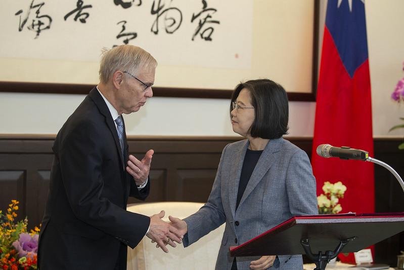 總統接見「布魯金斯研究院臺灣講座卜睿哲博士」,並與卜睿哲博士握手致意