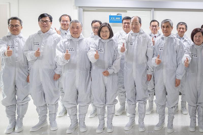 總統參訪「日月光半導體製造股份有限公司」,並合影