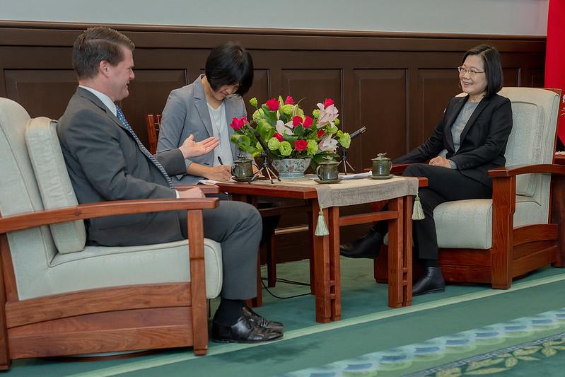 蔡英文總統今(20)日上午接見「2049計畫研究所」主席、美國國防部前印太安全事務助理部長薛瑞福
