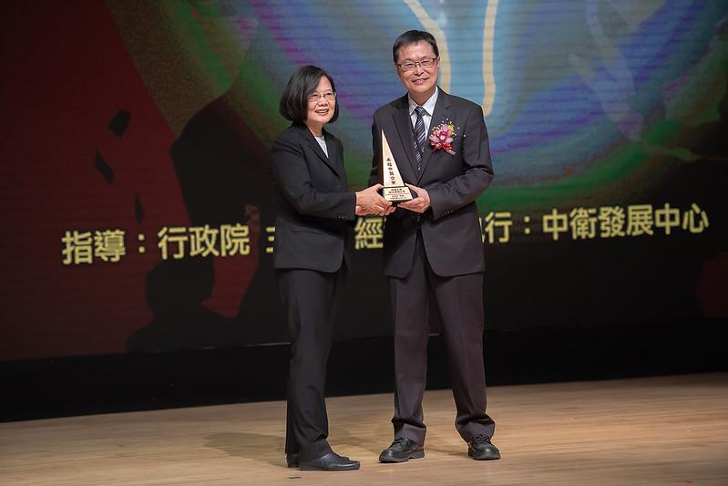 蔡英文總統今(29)日下午出席「第5屆卓越中堅企業獎」頒獎典禮
