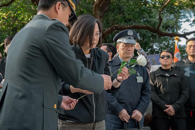 總統於臺北賓館0102殉職將士追思會場,獻上鮮花悼念