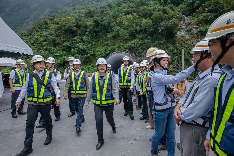 蔡英文總統今(1)日上午至花蓮視察「蘇花公路改善工程進度」,盼明年1月5日如期通車,讓東部民眾回家的路更安全