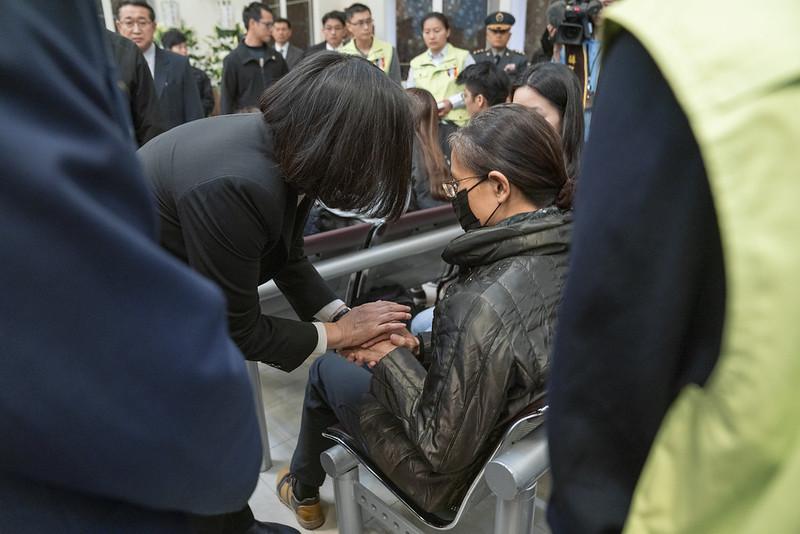 蔡英文總統今(3)日上午前往三軍總醫院探視黑鷹直升機事故傷者並向罹難者悼念致意