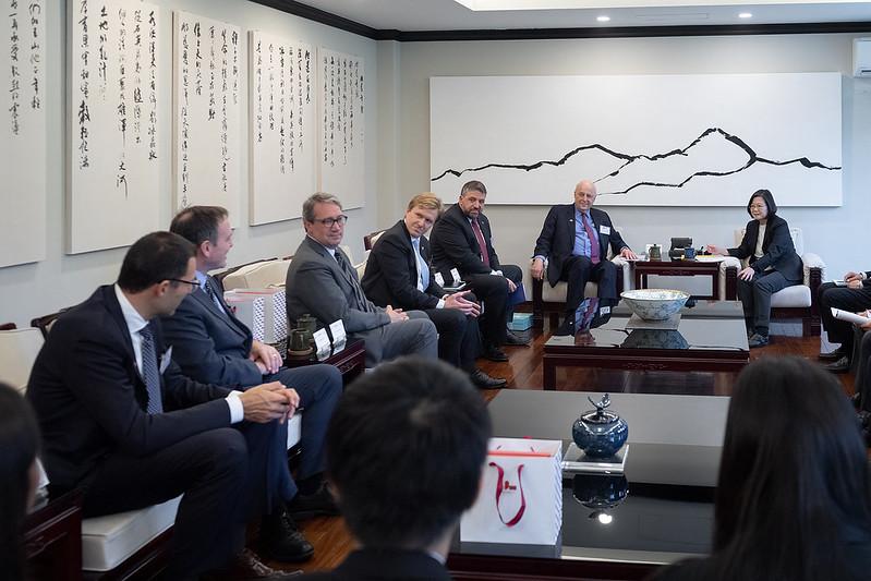 蔡英文總統今(30)日上午在寓所接見「威爾遜國際學人中心(Wilson Center)訪問團」