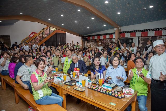 總統參訪「手信坊創意和菓子文化館」,與現場貴賓、里長及新住民朋友們一起親手製作月餅
