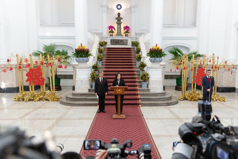 蔡英文總統今(30)日下午偕同陳建仁副總統在總統府敞廳針對中國新型冠狀病毒肺炎(武漢肺炎)疫情,對臺灣經濟可能造成的衝擊及政府預擬的因應作為發表談話,並接受媒體提問