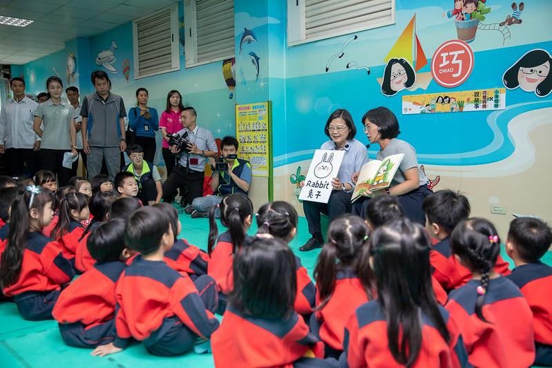 總統出席「小英總統陪你說故事」活動,親切的向小朋友們解說繪本內的英文單字