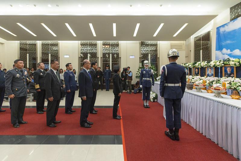 總統探視黑鷹直升機事故傷者並向罹難者悼念致意