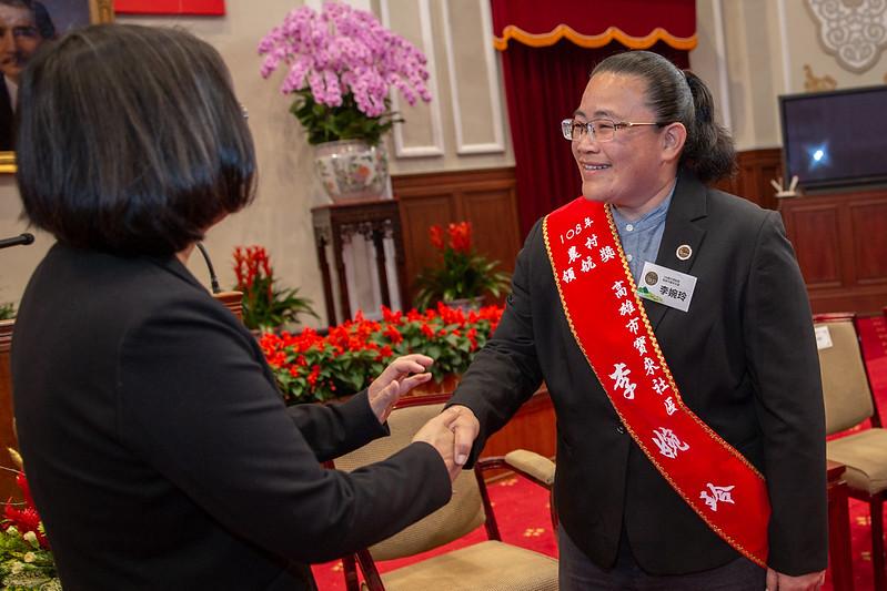 總統接見「108年農村領航獎得獎者」,並與得獎者握手致意