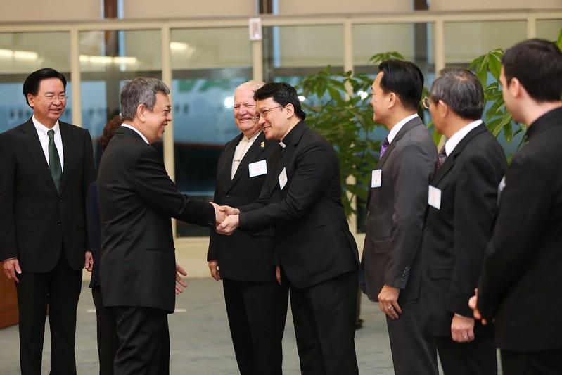 副總統結束「聖德專案」返抵國門,並與接機人員握手致意