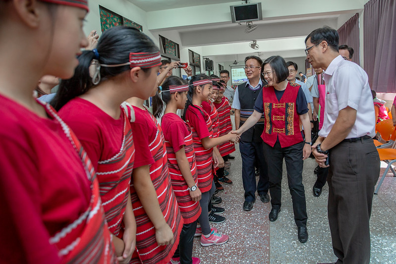 總統訪視新竹縣梅花文化健康站,與民眾熱情互動