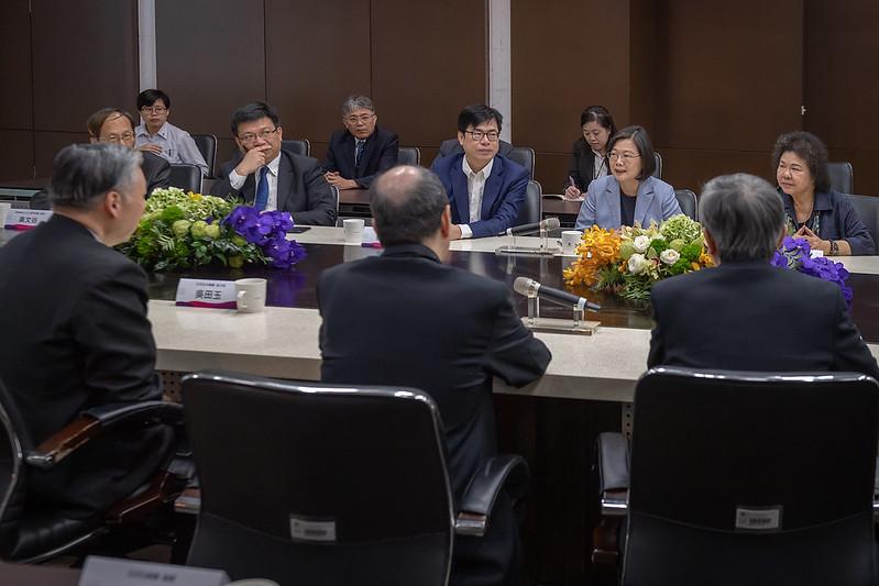蔡英文總統今(18)日上午前往高雄參訪「日月光半導體製造股份有限公司」