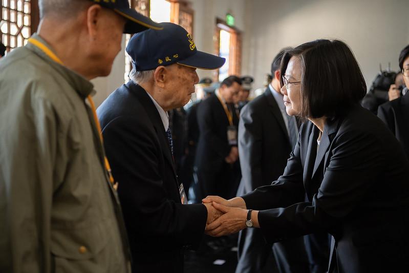 總統頒贈古寧頭戰役70周年紀念章予曾參與這場戰役的英雄前輩們