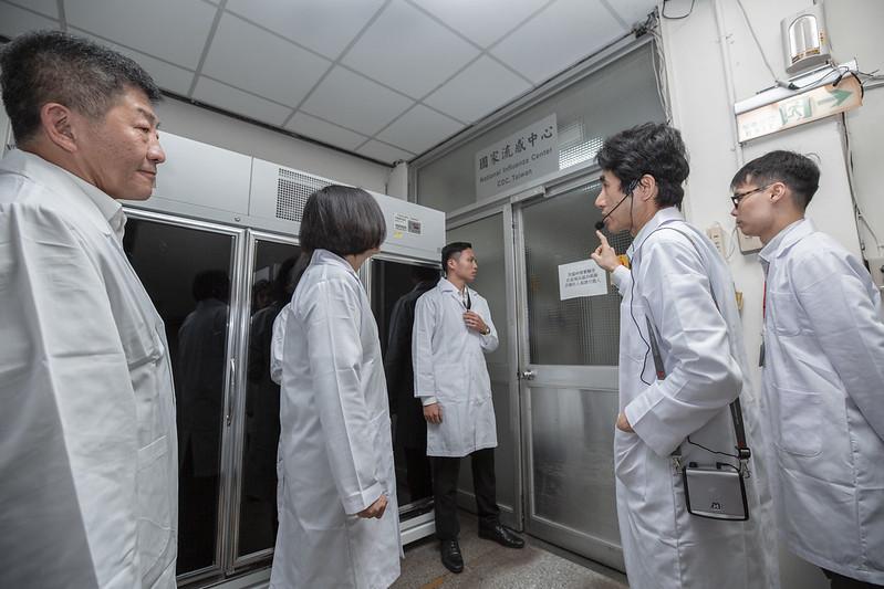 總統視察衛生福利部疾病管制署檢驗及疫苗研製中心-嚴重特殊傳染性肺炎檢驗實驗室