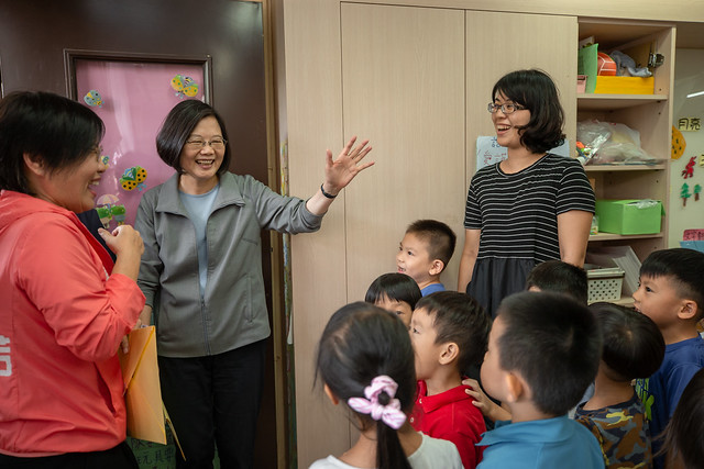 總統參訪「新民非營利幼兒園」,並與小朋友們親切互動
