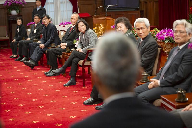 總統接見「108年度全國模範公務人員代表」,除肯定得獎者貢獻,也再度感謝所有投入武漢肺炎防疫工作的公務人員