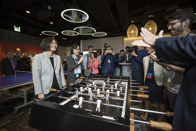 總統出席「微軟人工智慧(AI)研發中心擴建落成典禮」,了解微軟辦公室的設計概念