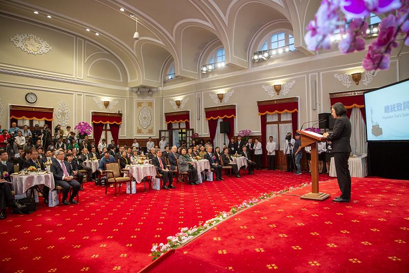 總統出席「2019年總統科學獎」頒獎典禮,向獲獎的中研院院士李遠鵬、陳垣崇及魏福全表達最誠摯的祝賀之意
