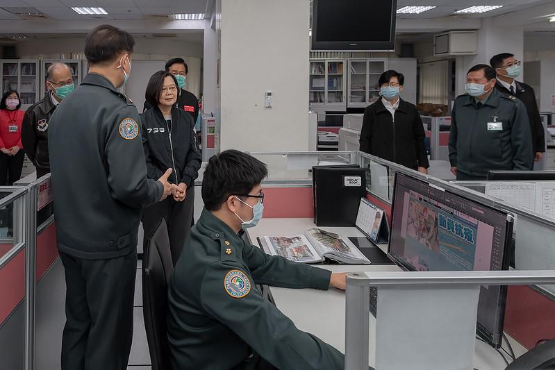 總統在青年日報數位中心主任蘇家慶中校導覽下,視導青年日報社
