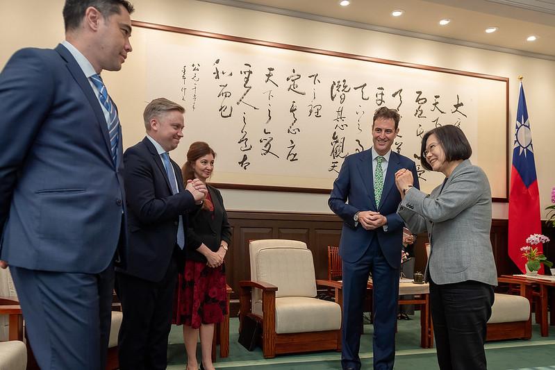 蔡英文總統今(3)日上午接見「澳洲駐臺代表高戈銳(Gary Cowan)」