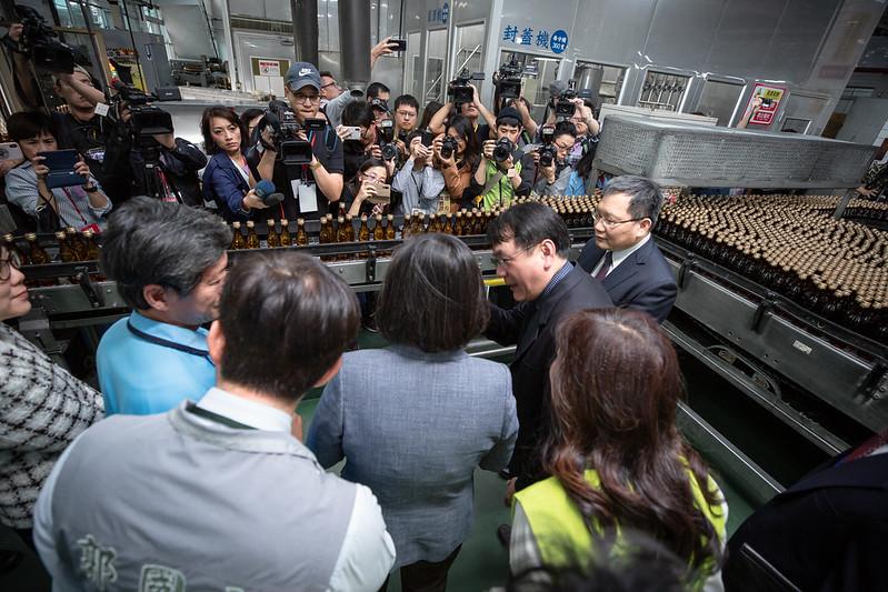 總統視察「臺灣菸酒公司隆田酒廠」防疫用酒精生產情形