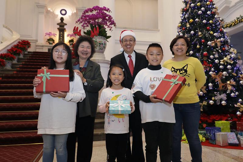 副總統與參與「2019耶誕感恩活動」的小朋友合影