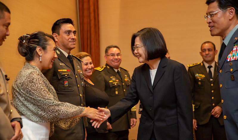 總統接見「108年國防大學國際高階將領班第14期學員」,感謝學員們的國家長期在國際參與上大力支持臺灣