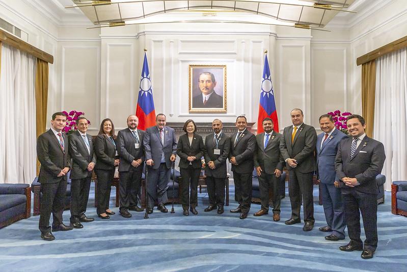 總統接見「瓜地馬拉共和國總統當選人賈麥岱訪團」,並合影