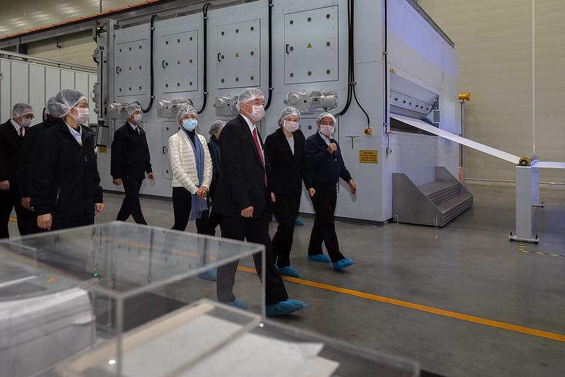 總統參訪「南六企業股份有限公司」,感謝該公司投入防疫工作,維持國內口罩原料的穩定供應