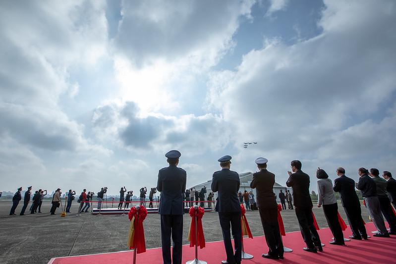 總統與現場貴賓共同進行新建營舍啟用剪綵儀式,觀看5架幻象2000戰機以大雁隊形衝場致意
