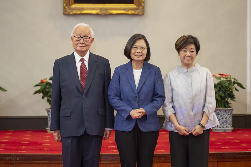 總統主持總統府記者會,並於會後合影