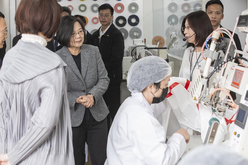 蔡英文總統今(16)日下午訪視「聚陽實業股份有限公司」